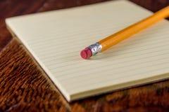 Żółta pastylka na biurku zdjęcie stock