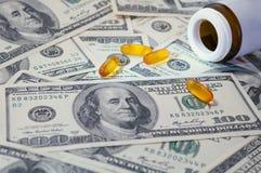 Żółta pastylka rozpraszał na rachunkach 100 dolarów Zdjęcia Stock