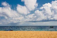 Żółta piaskowata plaża z niebieskim niebem i Tajlandzką stylową łodzią Zdjęcia Royalty Free