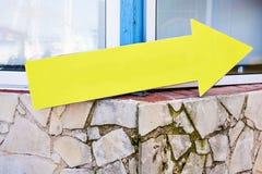 Żółta plastikowa informational szyldowa strzała Pokazuje kierunek Pusty Szyldowej poczta kierunku Abstrakcjonistyczny żółty strza Fotografia Royalty Free