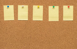 Żółta puste miejsce notatka na korek desce Fotografia Royalty Free