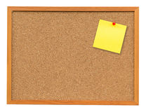 Żółta puste miejsce notatka na korek desce na odosobnionym bielu z ścinkiem Fotografia Stock