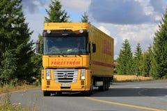 Żółta Renault magnuma Semi ciężarówka na drodze Zdjęcie Royalty Free