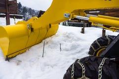 Żółta snowplow ciężarówka rozjaśniał śnieżystą drogę w zimie da Fotografia Stock