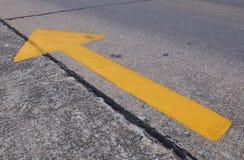 Żółta strzała na drodze Fotografia Royalty Free