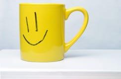 Żółta uśmiech filiżanka na białym tle Obraz Royalty Free
