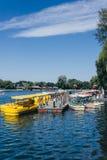 Żółte łodzie na Qianhai jeziorze w Shichahai jeziorze Pekin Chiny obraz stock