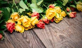 Żółte i czerwone róże na drewnianym tle Kobieta dzień, Valen Fotografia Stock
