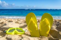 Żółte trzepnięcie klapy z pływań szkłami na piaskowatej plaży Fotografia Stock