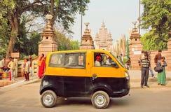 Żółtego i czarnego taxi taksówki jeżdżenia past antyczna Buddyjska świątynia Obraz Royalty Free