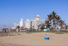 Żółtego kipieli błękita Narciarskiego betonu Śmieciarscy kosze na plaży Zdjęcia Royalty Free