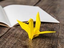 Żółtego ptaka papierowy i biały papier Obraz Stock
