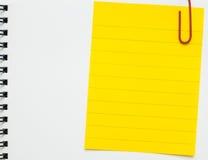 Żółtej linii notatki papier przycinający na białym notatniku Zdjęcia Royalty Free