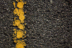 Żółtej linii pęknięcie na drodze zdjęcie stock