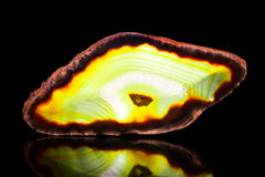 Żółtej zieleni agata plasterek, czarny tło, uzdrawiający kamień i mi Obrazy Stock