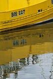 Żółty łódkowaty odbicie w wodzie w Eyemouth, Szkocja, UK 07 08 2015 Fotografia Stock