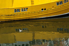 Żółty łódkowaty odbicie w wodzie w Eyemouth, Szkocja, UK 07 08 2015 Obrazy Stock