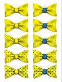 Żółty łęku krawat z błękitem kropkuje ustaloną realistyczną wektorową ilustrację Zdjęcia Stock