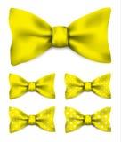 Żółty łęku krawat z bielem kropkuje ustaloną realistyczną wektorową ilustrację Obraz Stock