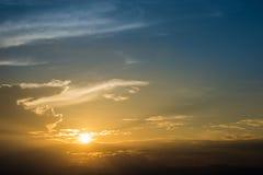 Żółty światło zmierzch i niebieskie niebo Fotografia Stock
