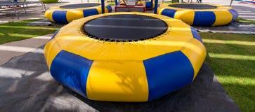 Żółty błękitny paska trampoline ustawiający w parku Zdjęcie Royalty Free