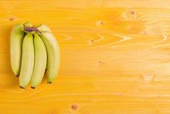 Żółty bananowy kolor żółty na pokładzie prawego miejsca dla twój teksta Zdjęcia Stock