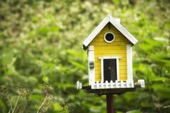 Żółty birdhouse w ogródzie Zdjęcia Royalty Free