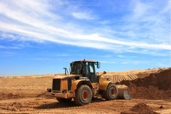 Żółty buldożer przy budową Dezert Chanel Obraz Stock