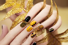 Żółty czarny manicure obrazy royalty free