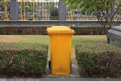 Żółty czysty śmieciarski kosz Fotografia Stock