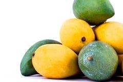 Żółty dojrzały mango i świeży zielony mango na białego tła zdrowym owocowym jedzeniu odizolowywającym Zdjęcie Stock
