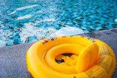 Żółty dopłynięcie pierścionek na basen krawędzi Zdjęcia Stock