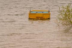 Żółty drewniany łódkowaty zagubiony w jeziorze Obrazy Royalty Free