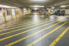 Żółty drogowy skrzyżowanie linii w garażu wnętrzu w centrum handlowym Obrazy Royalty Free