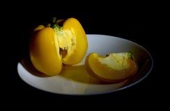 Żółty dzwonkowy pieprz na naczyniu Zdjęcia Stock