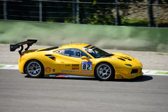 Żółty Ferrari 488 wyzwanie w akci Obraz Royalty Free