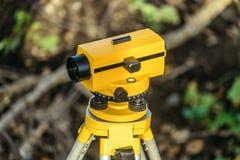 Żółty geodezyjny okulistyczny poziom na tripod Obrazy Stock