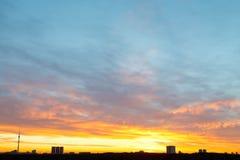 Żółty i błękitny wschodu słońca niebo nad miastem Obrazy Royalty Free