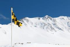 Żółty i czarny lawinowy ryzyko ostrzega chorągwianego latanie w górze Obraz Royalty Free