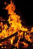 Żółty i gorący blask ogień w zmroku Fotografia Royalty Free