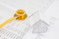Żółty i złocisty stetoskop z domowym miejscem na bilansie księgowym Zdjęcie Royalty Free