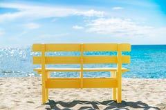 Żółty krzesło i niebieskie niebo, Pochlebny kolor zdjęcia royalty free
