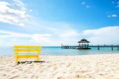 Żółty krzesło i niebieskie niebo przy morzem, Pochlebny kolor zdjęcie royalty free