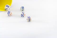 Żółty kubek z białymi kostka do gry w akci Zdjęcie Stock