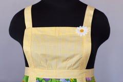 Żółty kuchenny żeński fartuch na mannequin zdjęcie stock