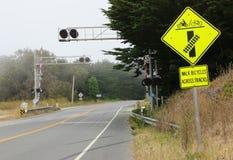 Żółty linia kolejowa zbawczego znaka skrzyżowanie Fotografia Royalty Free