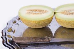 Żółty melon lub kantalup na starej tacy na białym backgrou zdjęcie royalty free