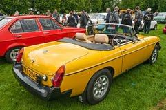 Żółty MGB sportów samochód z kapiszonu puszkiem Fotografia Royalty Free