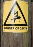 Żółty niebezpieczeństwo śmierć znak na drewnianej poczta fotografia royalty free