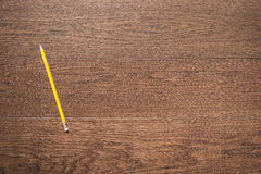 Żółty ołówek na drewnianym tle Obrazy Royalty Free